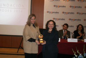 Ms. Carmen Verde, Editor in chief of the journal receives the Award