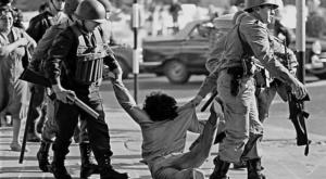 Fuerza bruta: un manifestante contra el régimen es arrestado en Buenos Aires